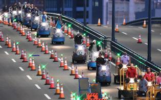築地市場から豊洲市場へ向かう小型貨物車「ターレ」(7日午前、東京都江東区)