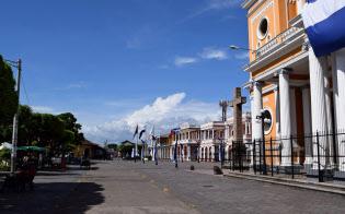 本来なら観光客でにぎわうカテドラル前の中央公園も閑散としたままだ(ニカラグア・グラナダ)