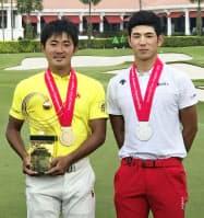 アジア・パシフィック・アマチュア選手権で優勝した金谷拓実(左)と2位の中島啓太(7日、セントーサGC)=大会広報提供・共同