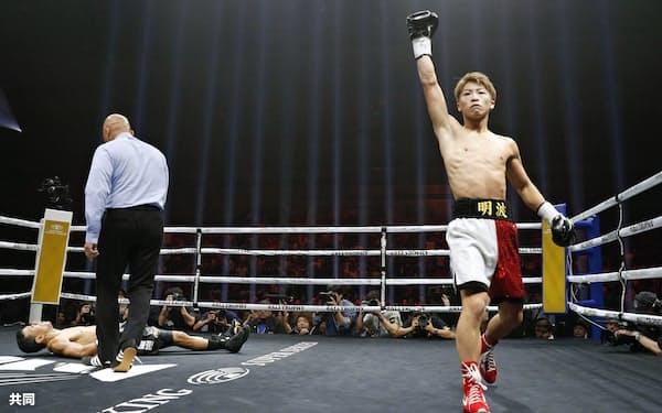 WBAバンタム級世界戦でパヤノ(左奥)に勝利しガッツポーズする井上尚=共同