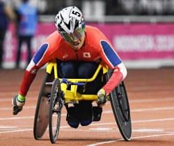男子800メートル(車いすT52)決勝 優勝した佐藤友祈(8日、ジャカルタ)=共同
