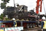 クレーンでつり上げられるSLの台車(9日午前、茨城県筑西市)=共同