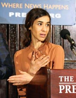 8日、米首都ワシントンで、ノーベル平和賞受賞決定について記者会見するナディア・ムラド氏=共同