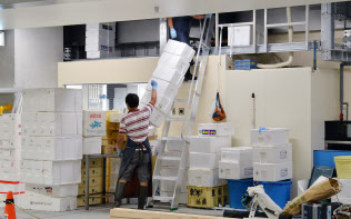豊洲市場内で引っ越し作業をする市場関係者(7日、東京都江東区)