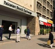 株価急落がカーン政権にIMFへの財政支援要請を促したようだ(南部カラチのパキスタン証券取引所)