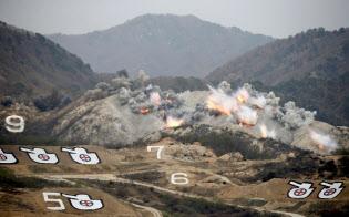 韓国軍の演習中止は、北朝鮮に対する即応態勢や抑止力を弱めかねない(2017年4月に米韓両軍が実施した実弾射撃訓練)=ロイター