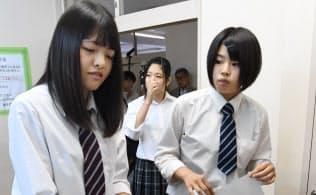 高校内に設置された期日前投票所で期日前投票する高校生(16年6月28日、千葉県富里市の県立富里高校)
