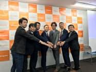 エンゲートの城戸幸一郎社長(中央)と、エンゲートのベータ版サービス公開に合わせて参加するスポーツチームの代表