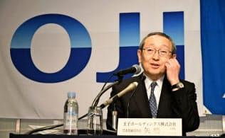 王子HDの矢嶋進社長(2月、三菱製紙との資本提携について都内で開いた記者会見)
