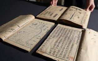 寄託された文化庁所有の崇蘭館本の一部。12世紀の「経史証類備急本草」など貴重な本ばかりだ