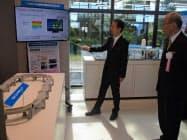 IoT支援拠点の展示内容の説明を受ける谷本知事(右)