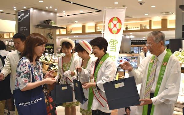 山形県の吉村美栄子知事らが東京都内で雪若丸をPR(6日、三越銀座店)