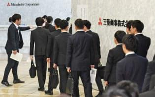 面接の受付に並ぶ就活生(6月1日午前、東京・丸の内の三菱商事)