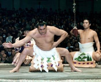1979年1月、大相撲初場所で土俵入りする横綱輪島(蔵前国技館)=共同