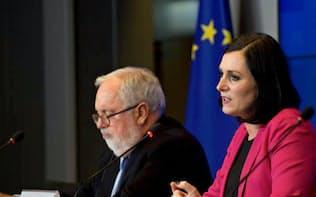 記者会見で合意を報告する議長国オーストリアのケスティンガー持続可能・観光相(右)(9日、ルクセンブルク)=欧州理事会提供