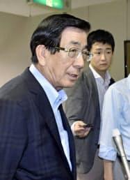 取材に応じる愛知県弥富市の服部彰文市長(10日午前、弥富市)=共同