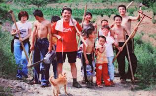 王剛義(中央のイヌを連れた男性)は子どもたちに「お父さん」と慕われた