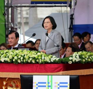 双十節で演説する台湾・蔡英文総統(10日、台北市の総統府)