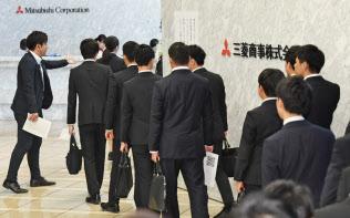 6月1日の選考解禁日に面接の受付に並ぶ就活生(東京・丸の内の三菱商事)
