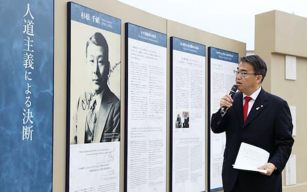 「センポ・スギハラ・メモリアル」について説明する愛知県の大村知事(10日、名古屋市瑞穂区)