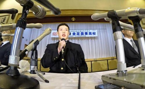 プロ野球志望届を提出し、記者会見する秋田・金足農の吉田輝星投手=共同