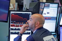 下落する株価をモニターで追うトレーダー(10日、ニューヨーク証券取引所)=ロイター