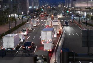 豊洲市場に入る車両で渋滞する道路(11日午前、東京都江東区)