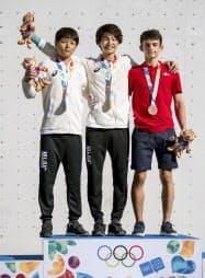 スポーツクライミング男子複合で金メダルを獲得した土肥圭太(中央)と銀メダルの田中修太=左(10日、ブエノスアイレス)=OIS提供・共同