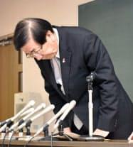 記者会見で謝罪する愛知県弥富市の服部彰文市長(11日午前、弥富市)=共同