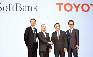 自動車の次世代技術での提携を発表したトヨタ自動車の豊田章男社長(中央右)とソフトバンクグループの孫正義会長兼社長(同左)ら=共同