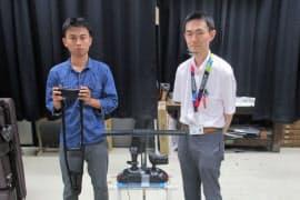 松葉づえの安全な利用について研究する津田准教授(右)と杉山さん