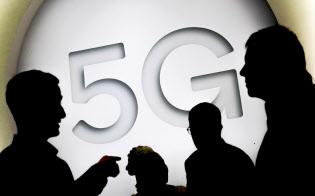 2月にスペインで開かれた携帯電話関連のイベントで掲げられた「5G」の文字=ロイター