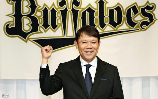 就任記者会見でポーズをとるオリックスの西村徳文新監督(11日、大阪市内のホテル)=共同