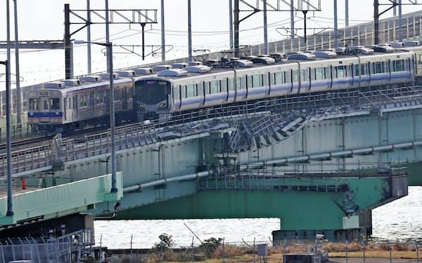 9月18日に運転を再開し、破損した関西空港の連絡橋を通る南海電鉄の車両(奥)