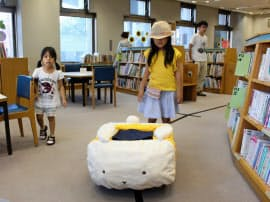 図書館で子供を案内するロボット。愛らしい外観が人気だ
