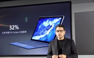 10日に開催された発表会でサーフェス新製品の説明をする米マイクロソフトチーフプロダクトオフィサーのパノス・パネイ氏