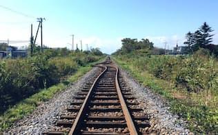 線路がゆがんだり、橋桁がずれたりした(JR北海道提供)