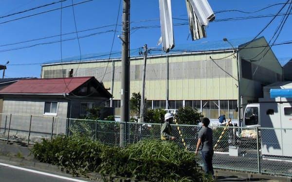 浜松市南区の電柱に引っ掛かったトタン屋根のような飛来物(1日)=中部電力提供