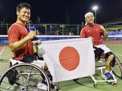 男子ダブルスで優勝し、笑顔を見せる国枝(左)、真田組(11日、ジャカルタ)=共同