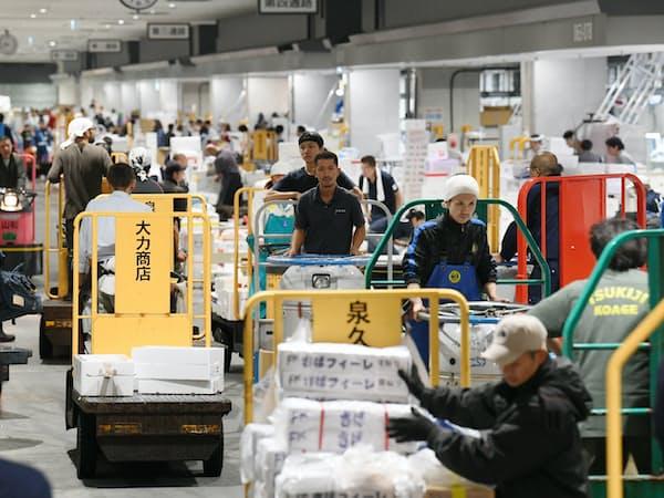 豊洲市場の水産仲卸売り場を行き交う小型運搬車「ターレ」(11日、東京都江東区)