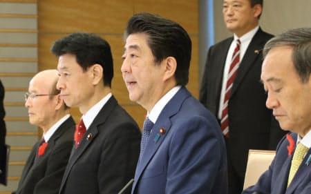皇位継承式典委員会の初会合であいさつする安倍首相(12日午前、首相官邸)