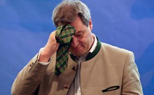 14日の独バイエルン州議会選挙ではCSUの大敗も予想されている(9月、選挙集会でネクタイで汗をぬぐうCSUのゼーダー・バイエルン州首相)=ロイター