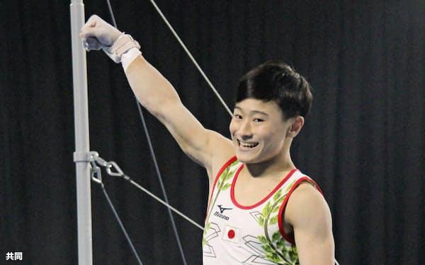 体操男子個人総合で金メダルを獲得した北園丈琉。鉄棒を終え笑顔を見せる(11日、ブエノスアイレス)=共同