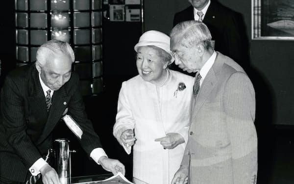神戸ポートピアを視察する昭和天皇と香淳皇后(1981年5月)