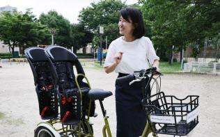 双子向けの3人乗り自転車を開発した中原美智子さん(大阪市都島区)=松浦弘昌撮影