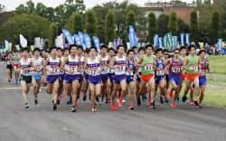 箱根駅伝の予選会で力走する各大学の選手たち(13日、陸上自衛隊立川駐屯地)=共同
