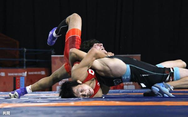 レスリング男子グレコローマンスタイル51キロ級で金メダルを獲得した佐々木航=左(12日、ブエノスアイレス)=共同