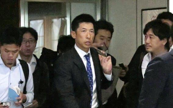 大阪空港に到着したプロ野球阪神の矢野燿大2軍監督=中央(14日午前)=共同