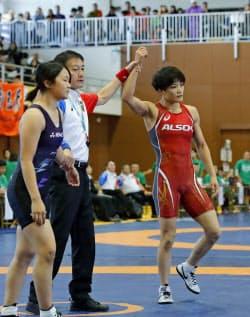レスリングの全日本女子オープン選手権57キロ級で、復帰戦となる1回戦に勝利した伊調馨選手=右(14日、静岡県三島市)=共同