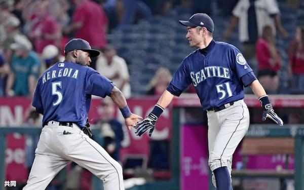 9月、エンゼルス戦で勝利を挙げ、へレディア(左)とタッチを交わすイチロー=共同